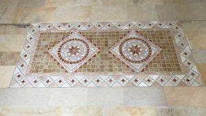 Naturstein Mosaik in Marmorboden eingebettet